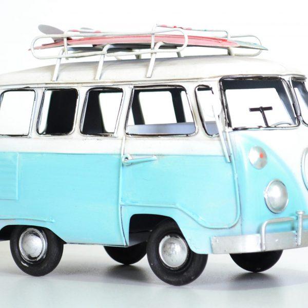 Blauwe vintage bus met surfplank
