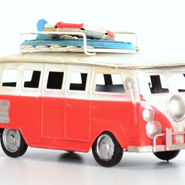 Rode vintage bus met surfplank