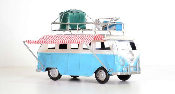 Blauwe vintage bus met koffers en vintage luifel