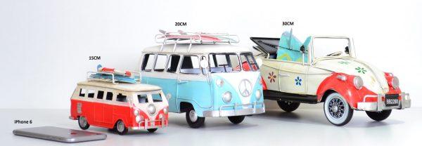 Blauwe vintage bus met koffers en luifel